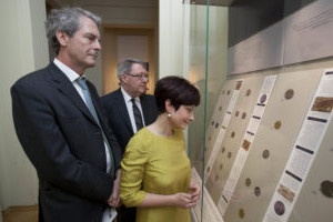 Doctor Eurydice Georganteli (Barber Coin Curator and Lecturer in Numismatics, University of Birmingham), Sir Mark Jones, Master of St Cross, University of Oxford and (rear) Doctor Barrie Cook, Curator of 硬币 and Medals, the 英国博物馆